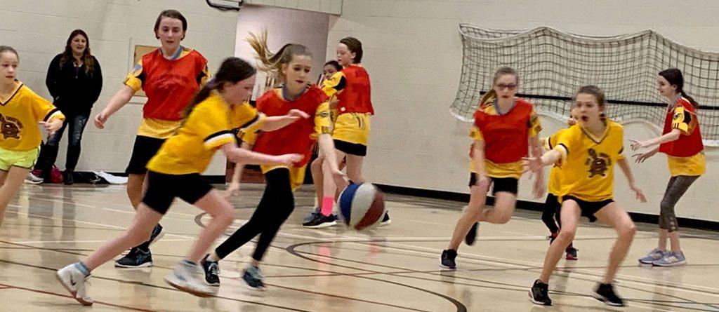 Une équipe féminine de basketball à l'école Collines-d'or de Kamloops